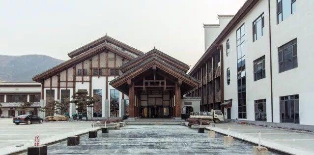西部长青温泉度假酒店正门