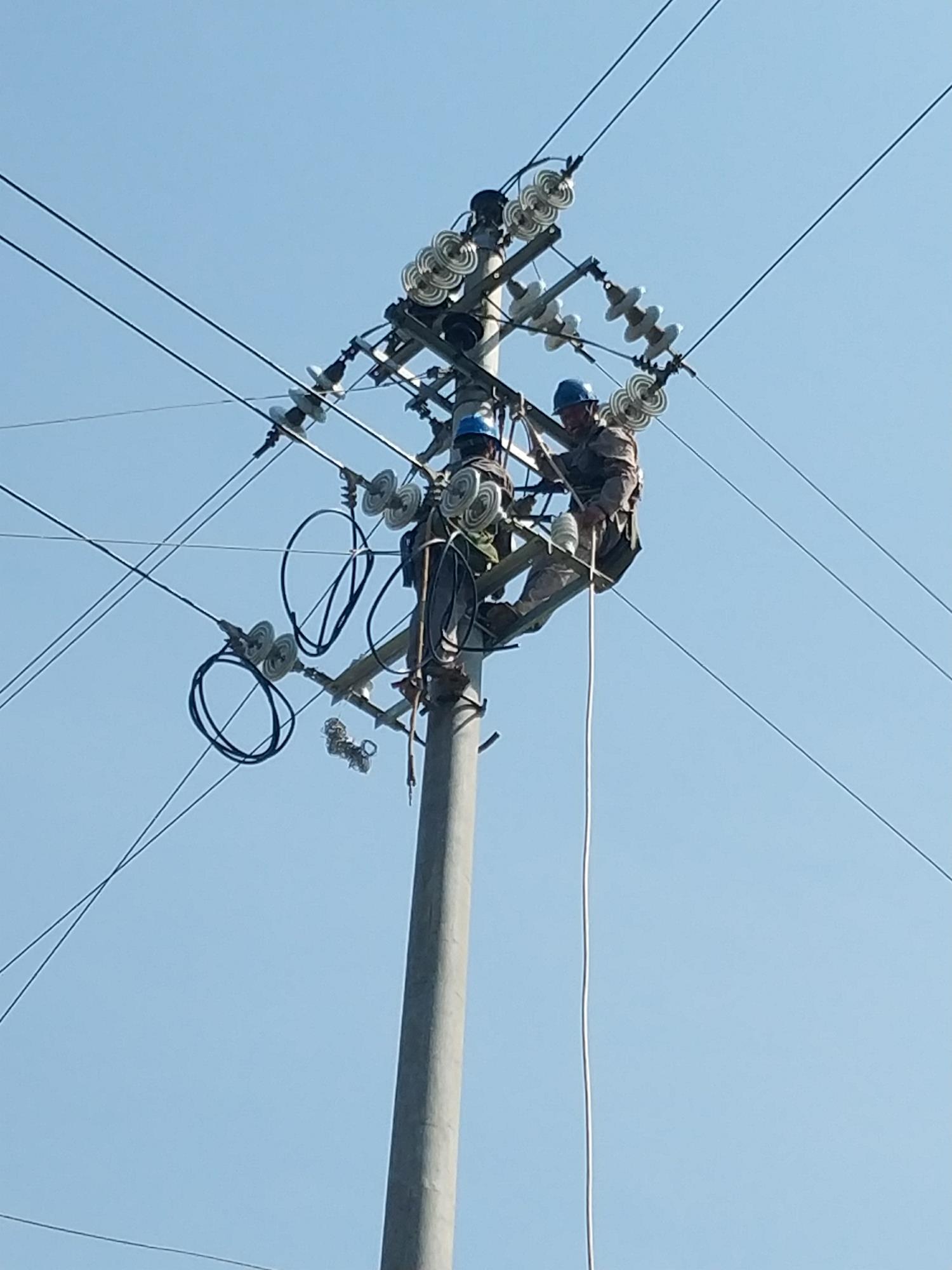 湖南银和瓷业有限公司送电作业现场---变压器通电(3)