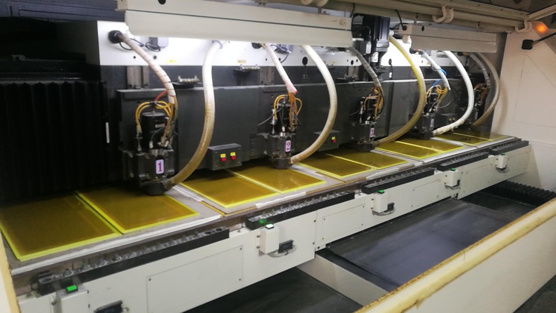 高精密CNC成型機