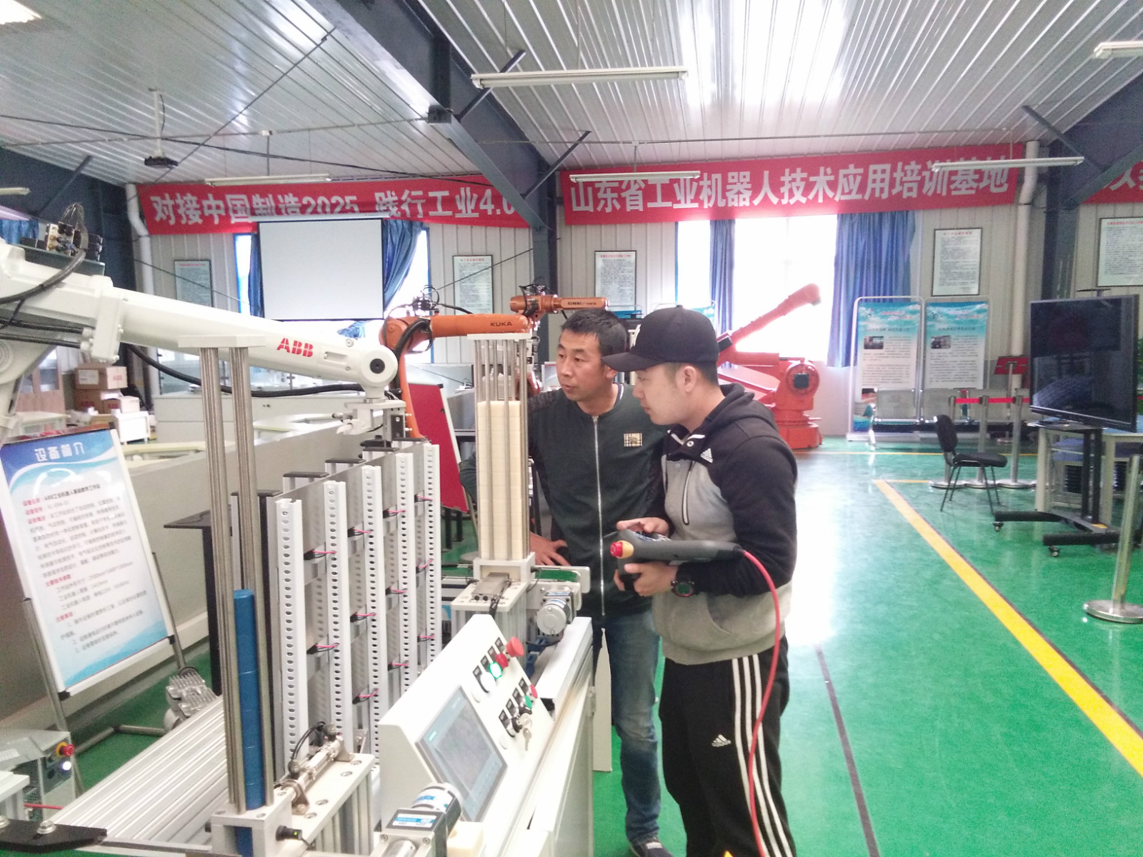 来自哈尔滨五洲丰的工程师在接受ABB机器人学习
